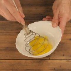 Kitchen Whisk Red Pendant Lights 人家用厨房混合物 搅拌一顿饭 从鸡蛋面糊 白碗用金属拂尘在背景上混合 白碗