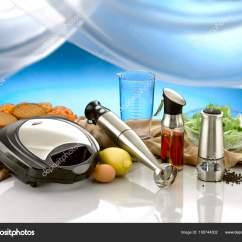 Oil Dispenser Kitchen Retro White 电动烧烤手搅拌器橄榄油分配器和胡椒粉磨素食汉堡和沙拉碗背景 图库照片 电动烧烤手搅拌器橄榄油分配器和胡椒粉磨素食汉堡和沙拉