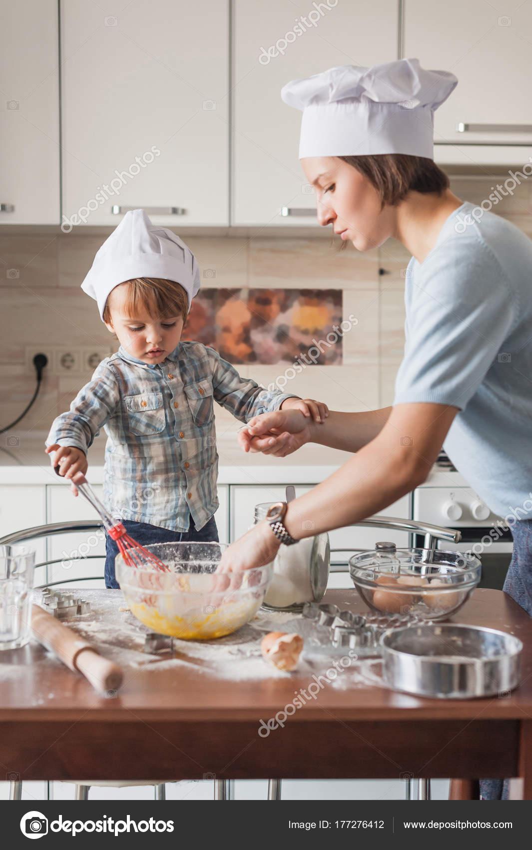 Gambar Ibu Sedang Memasak : gambar, sedang, memasak, Memasak, Foto,, Gambar, Bebas, Royalti, Depositphotos®