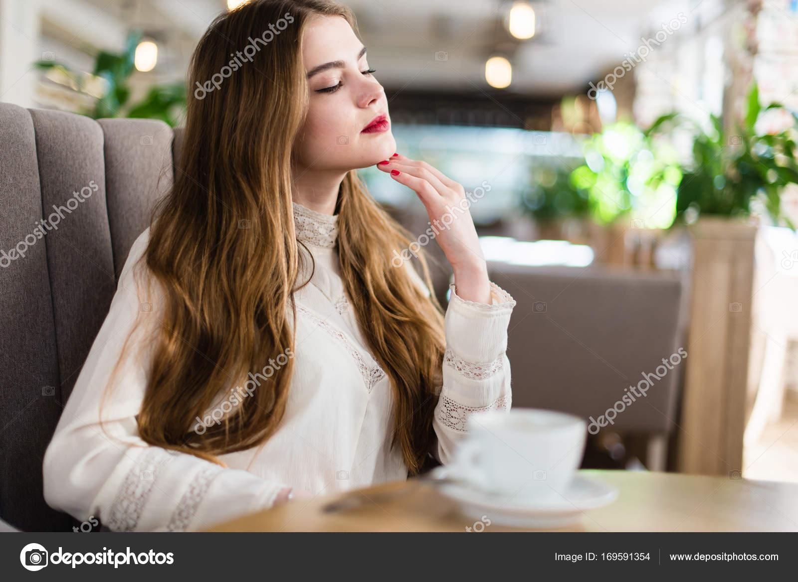Schöne Junge Mädchen Mit Professionellen Make Up Und Frisur Sitzt Im