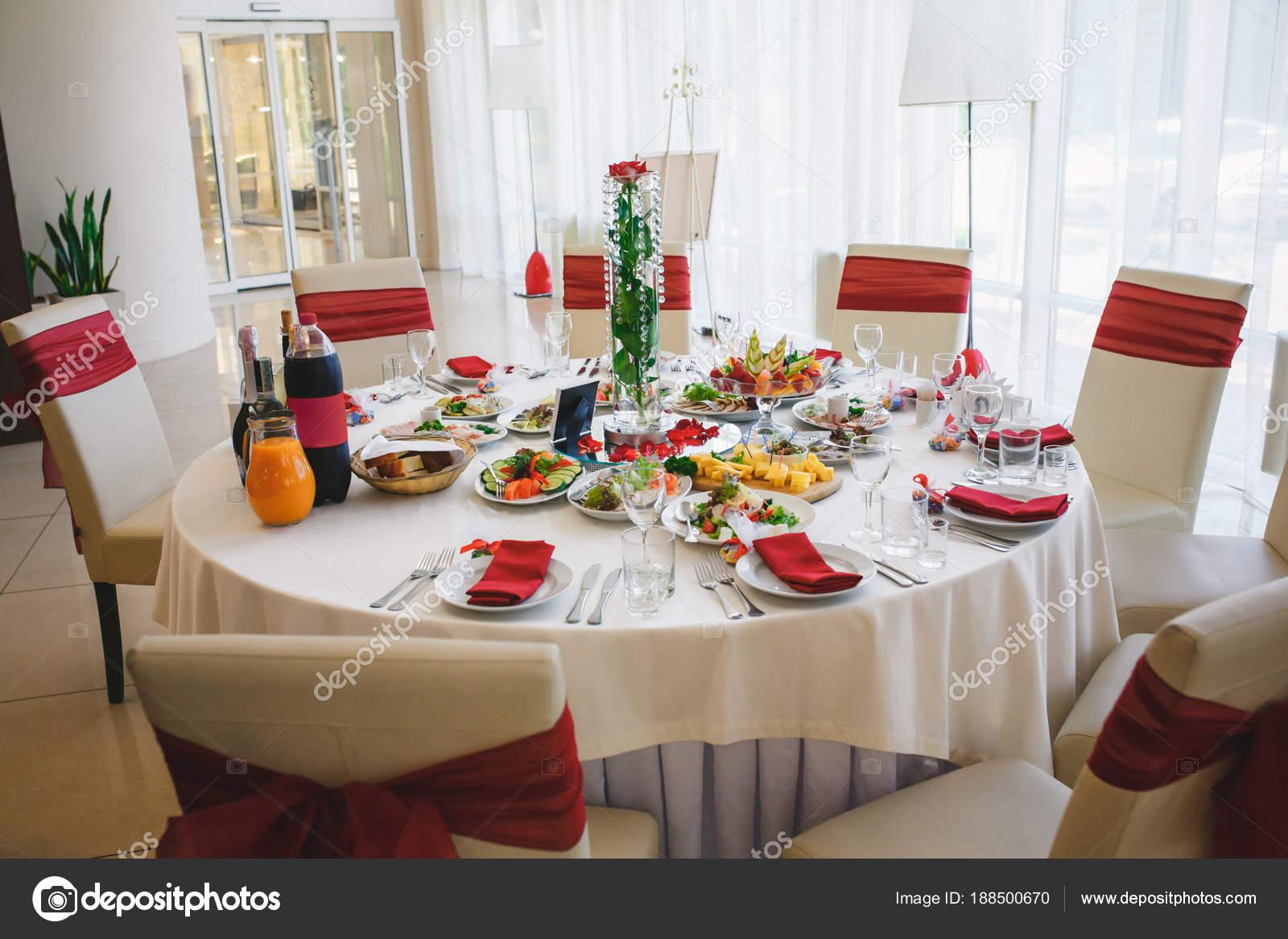 burgundy kitchen decor cabinet drawer replacement parts 婚礼桌设置在华丽的宴会厅与勃艮第 图库照片 c vladimirstarkov 188500670 婚礼桌设置在华丽的宴会厅与勃艮第色彩装饰 照片作者vladimirstarkov