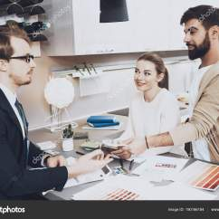 Kitchens Store Best Kitchen Cabinet Manufacturers 经理在服装陈列不同的材料对夫妇顾客在厨房商店 图库照片 C Freeograph