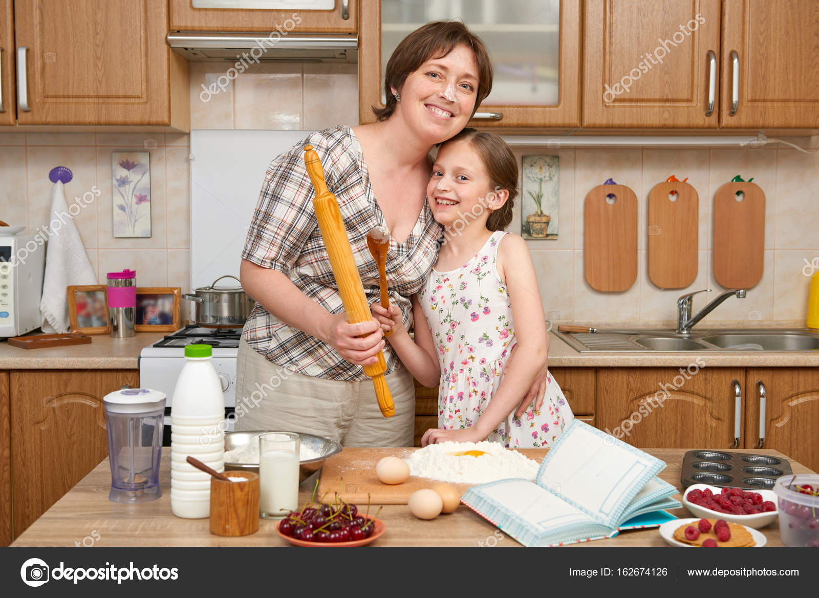 kids wooden kitchen aide dishwasher 女人和孩子的女孩准备烘烤和木制背景上的饼干面粉 生的食物和厨房用具 打破一个鸡蛋 烹饪面团 照片作者soleg