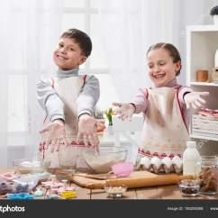 Play Kitchens For Boys Metal Kitchen Chair 在家庭厨房做饭的女孩和男孩 孩子们手里拿着面粉 图库照片 C Soleg 孩子们手里拿着