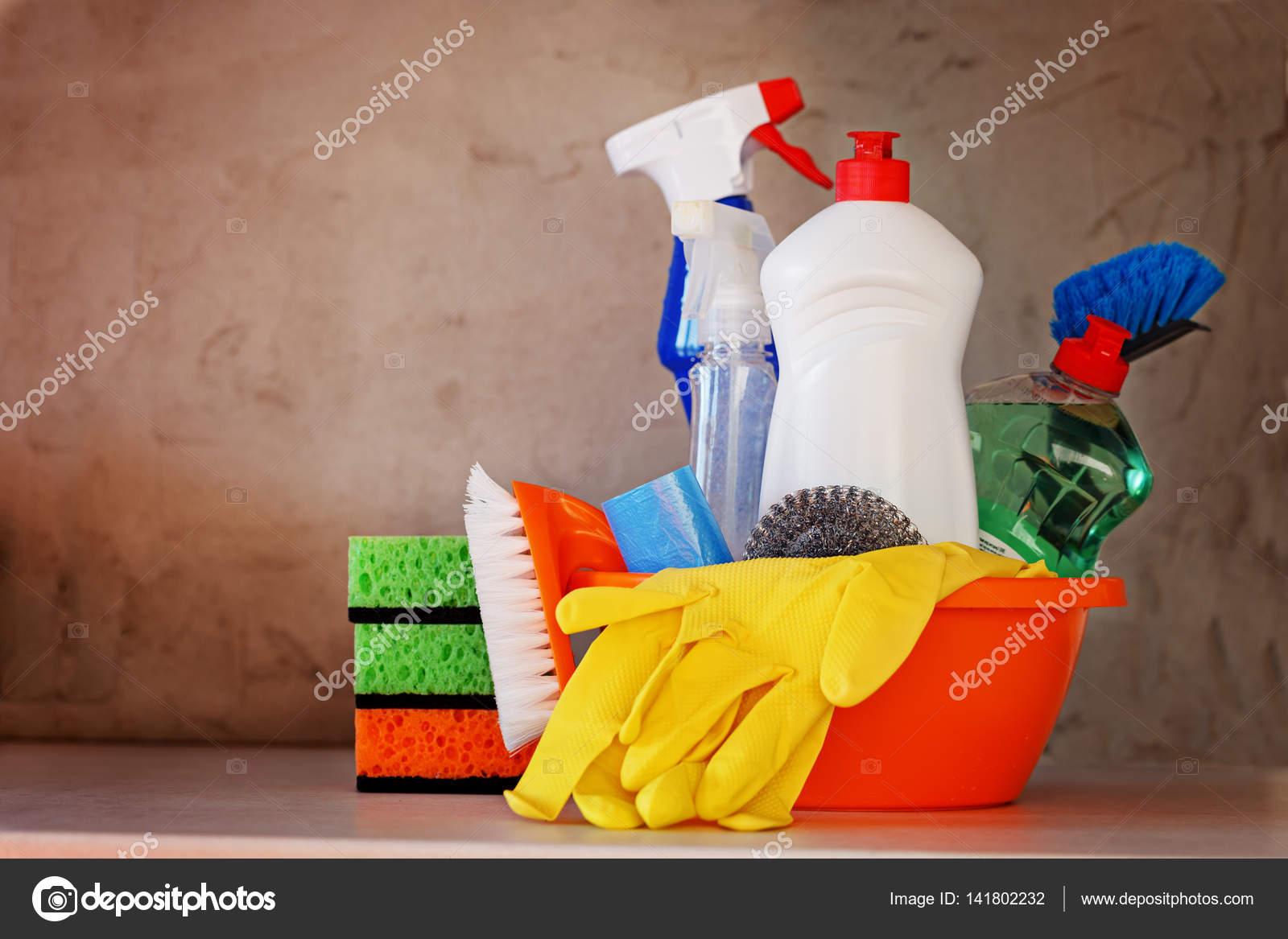 kitchen tables sets popular paint colors for kitchens 提供的产品和用品的厨房桌子上的清洁套 图库照片 c zaikina 141802232