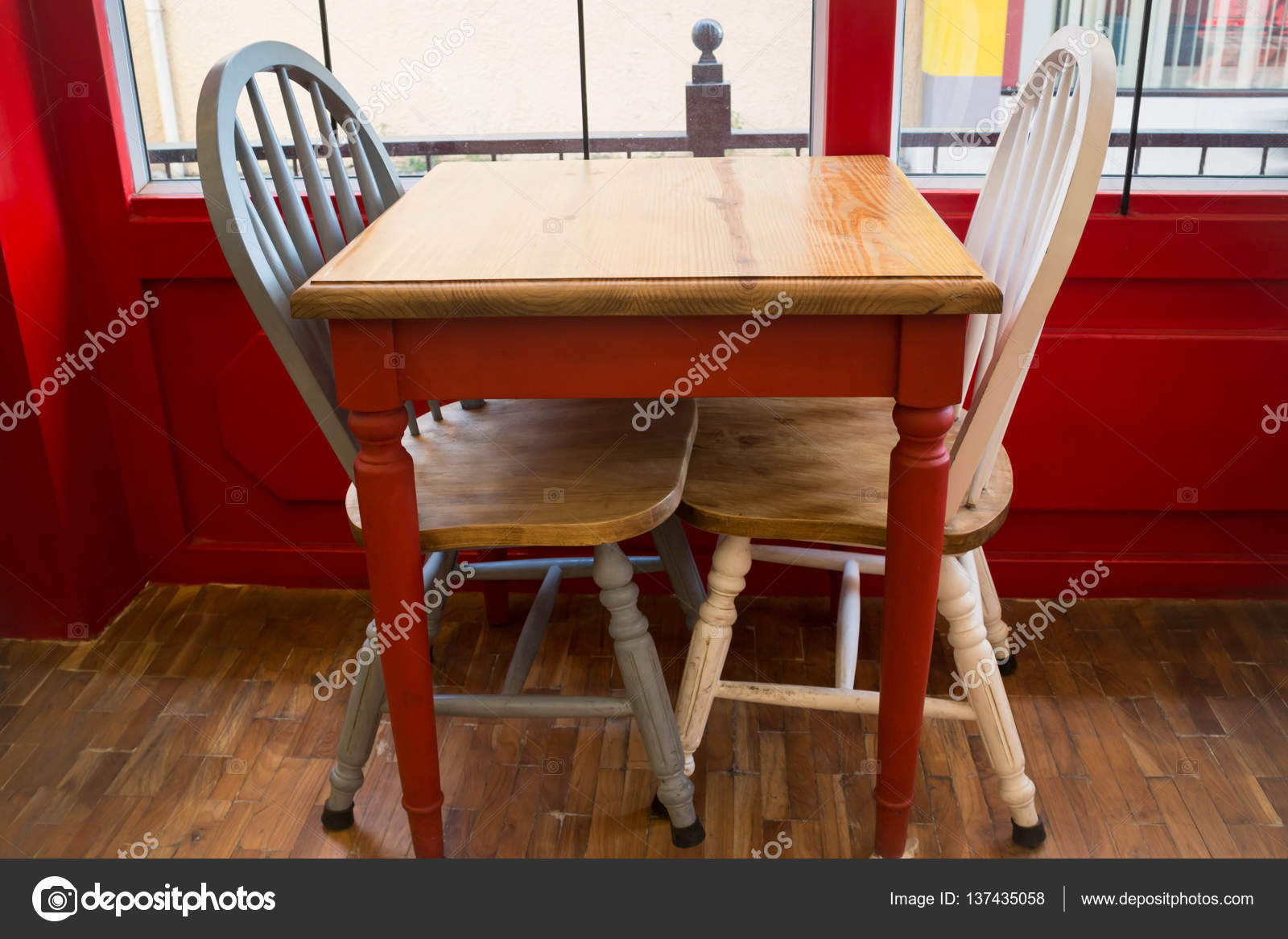 retro kitchen tables ada cabinets 单复古白色厨房的椅子上 图库照片 c nalinrat 137435058