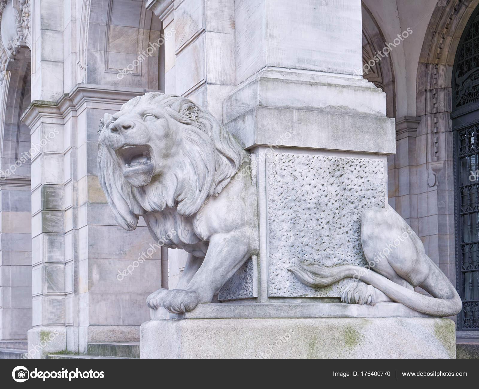 Weißer Löwenstatue Befindet Sich Vor Der Halle Bauen — Stockfoto