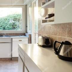 Kitchen Cabinets.com Red Stone Outdoor 家庭厨房白色橱柜 图库照片 C Zveiger 175660094