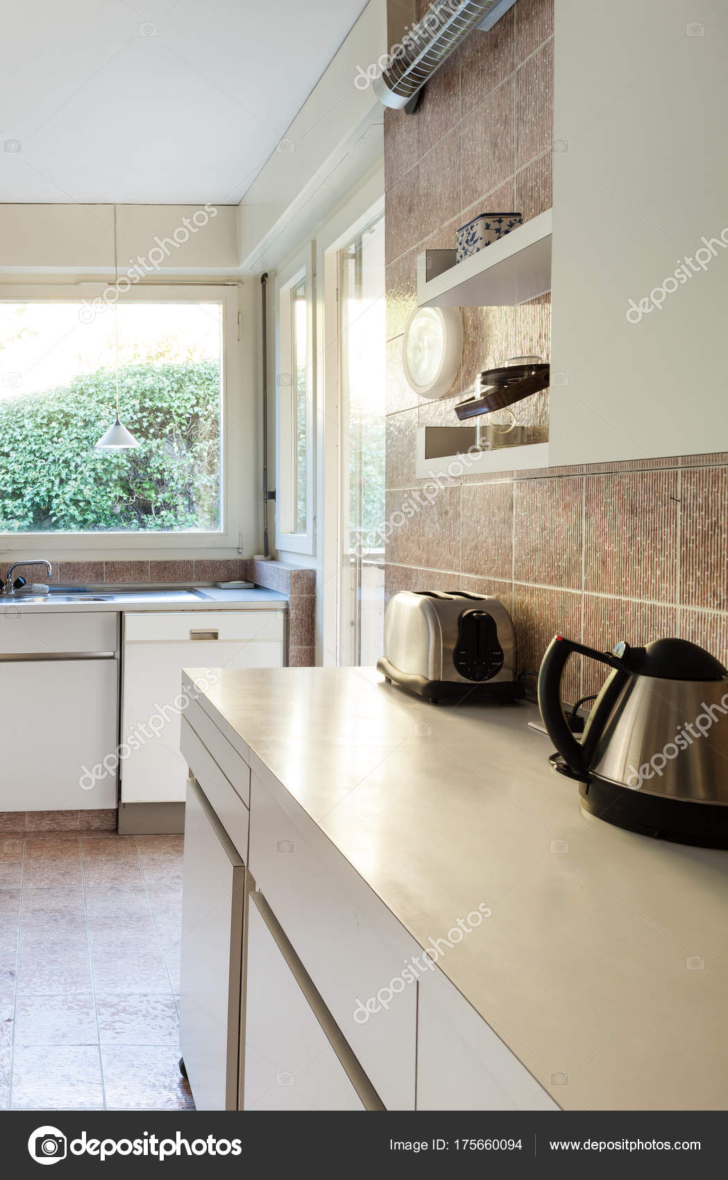 kitchen cabinets.com small outdoor kitchens 家庭厨房白色橱柜 图库照片 c zveiger 175660094
