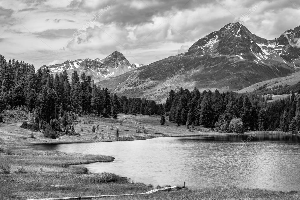 Paesaggio alpino con lago di montagna in bianco e nero fine art  Foto Stock  michelangeloop