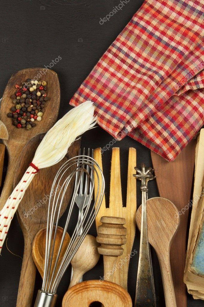 kitchen tables sets bakers racks for kitchens 厨房用具木制的桌子上 做饭的工具 需要做饭 一套黑色木制背景上木制的