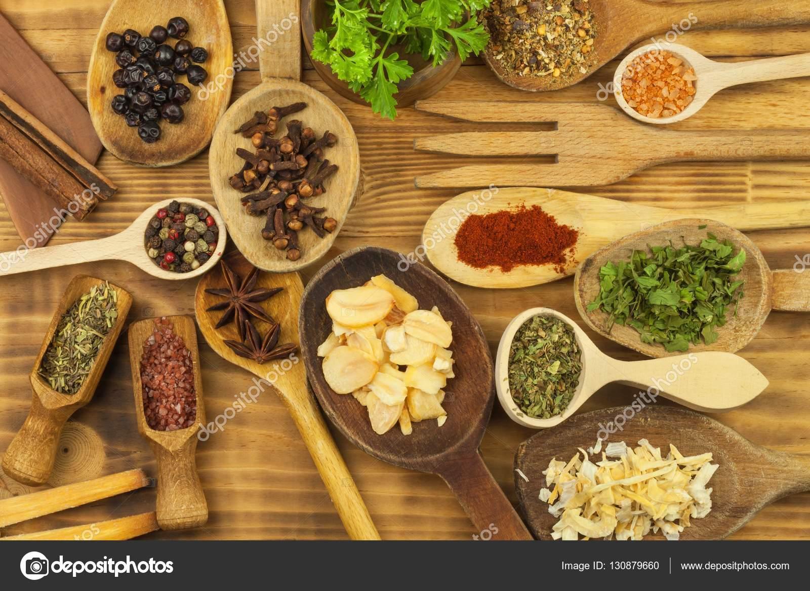 kitchen tables & more rustic table and chair sets 等各种香料在厨房的桌子上 调味食品 销售为一体的异国香料 在香料上做 销售为一体