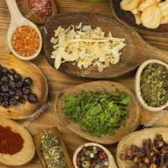 Kitchen Tables & More Home Depot Lighting 等各种香料在厨房的桌子上 调味食品 销售为一体的异国香料 在香料上做 销售为一体