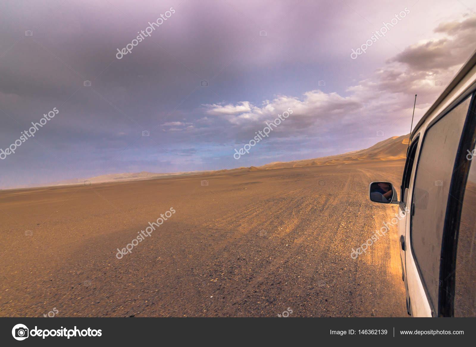 Dunhuang China August 2014 Car Crossing Gobi Desert Dunhuang