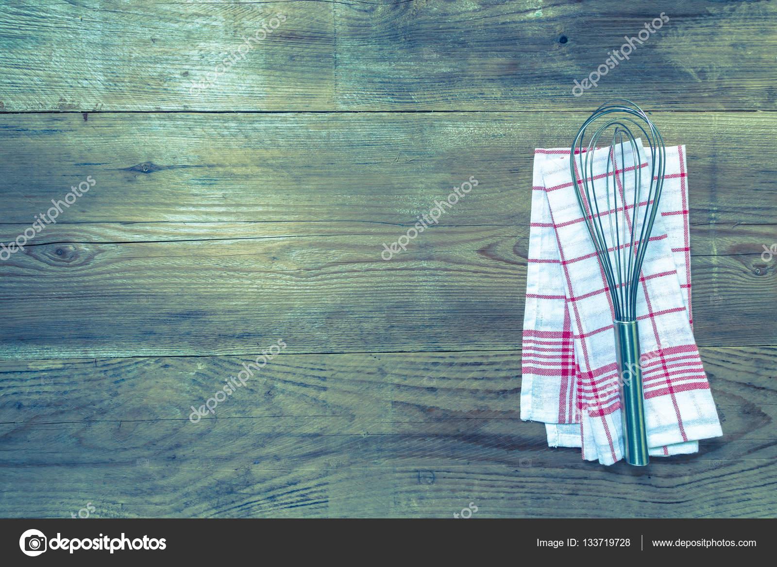 kitchen whisk aid superba 用拂尘木木材背景上的红色厨房巾 图库照片 c 8vfandp 133719728