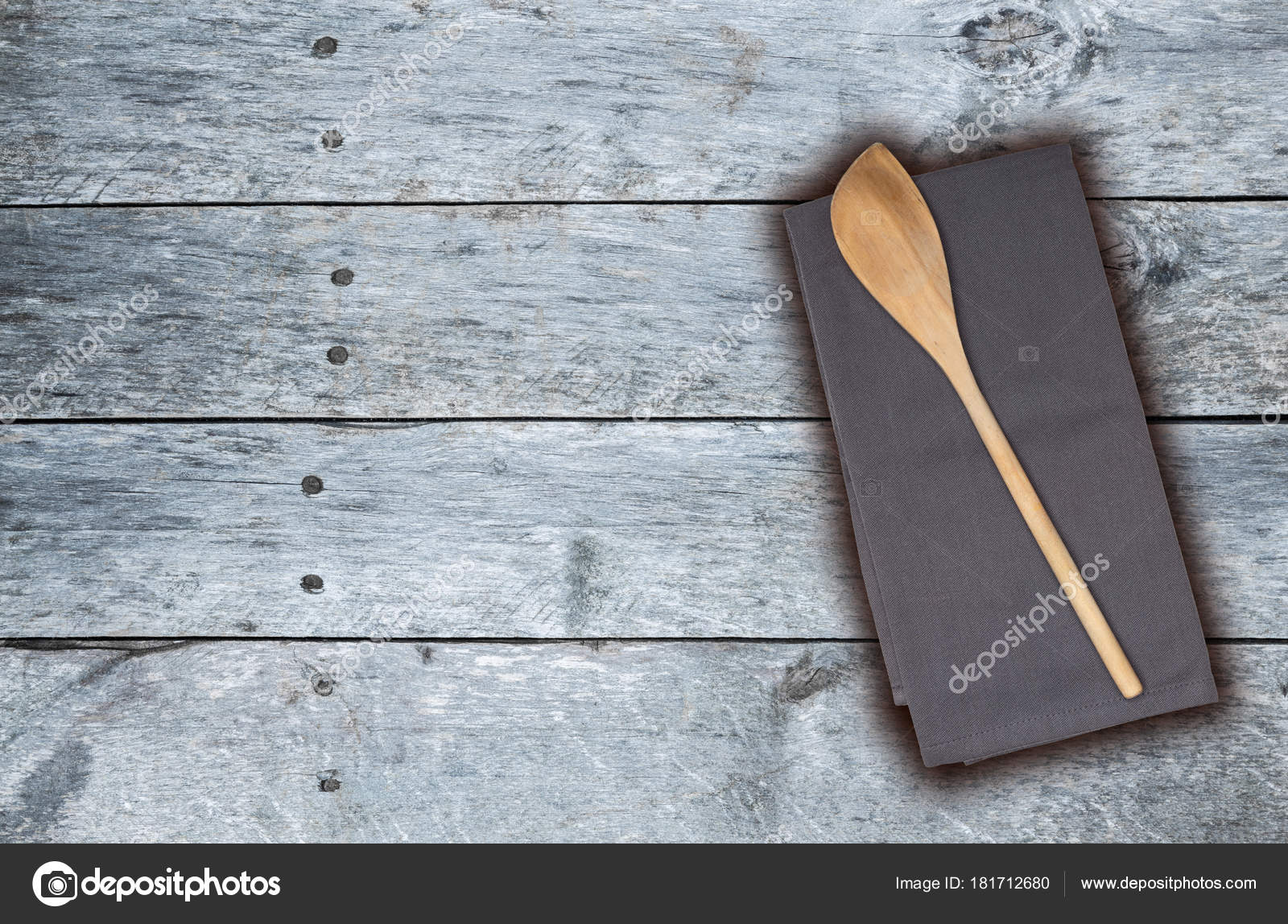 gray kitchen towels white island 木勺和厨房的毛巾在灰色的老式木材 图库照片 c 8vfandp 181712680