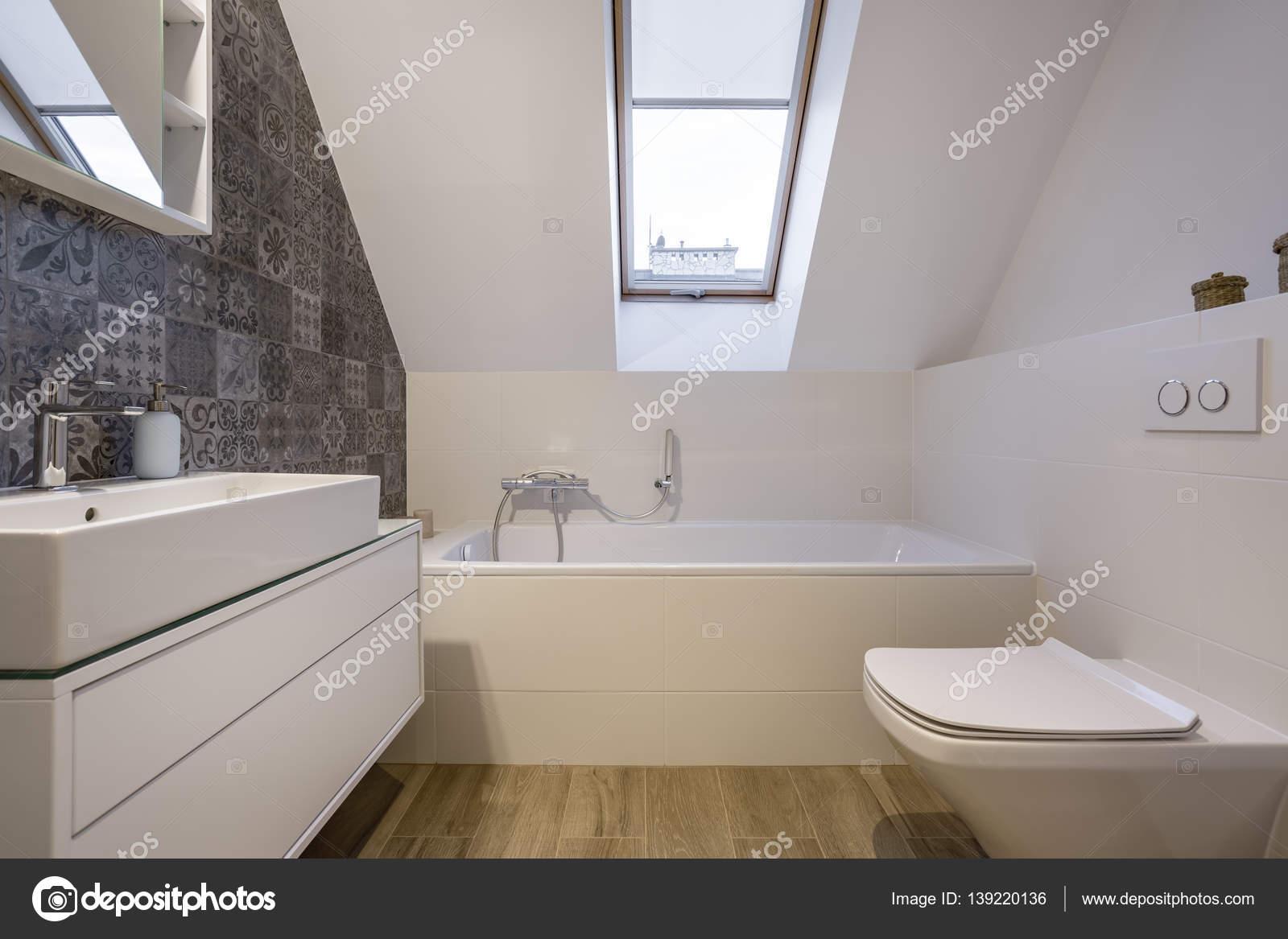 Podkrovní Koupelna S Vanou — Stock Fotografie