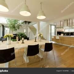 Black Kitchen Table And Chairs How To Build A Island With Cabinets 饭厅与白色黑色桌椅 图库照片 C Photographee Eu 141407602 与白色黑色桌椅明亮舒适的餐厅开到厨房 照片作者photographee
