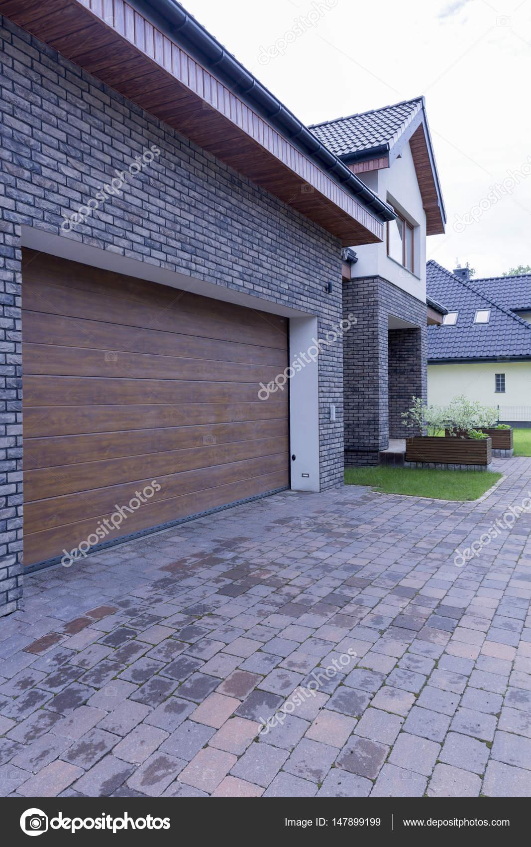 Einfamilienhaus Mit Automatischen Garagentor — Stockfoto