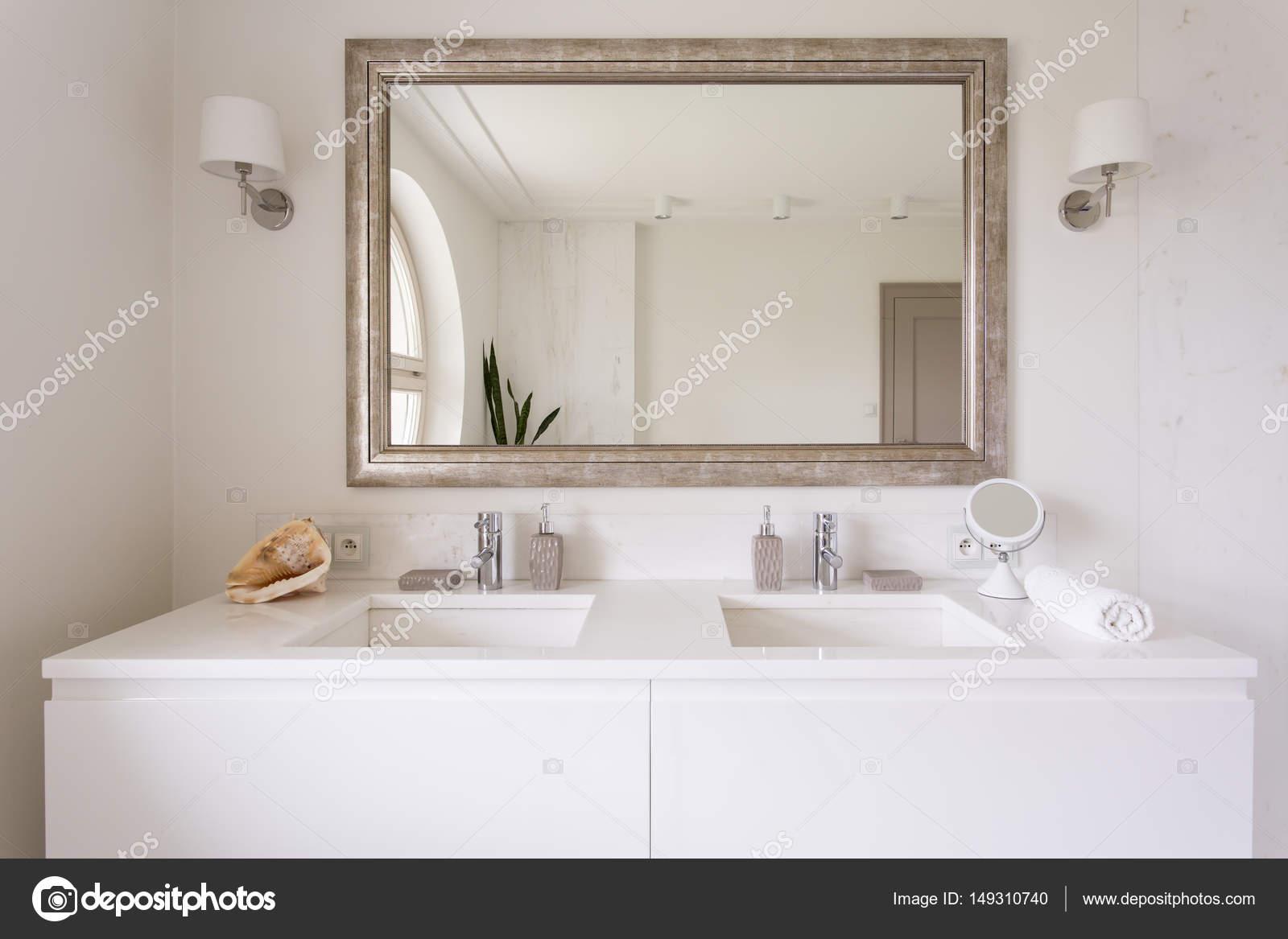 dessus de vanite blanche avec deux eviers photo