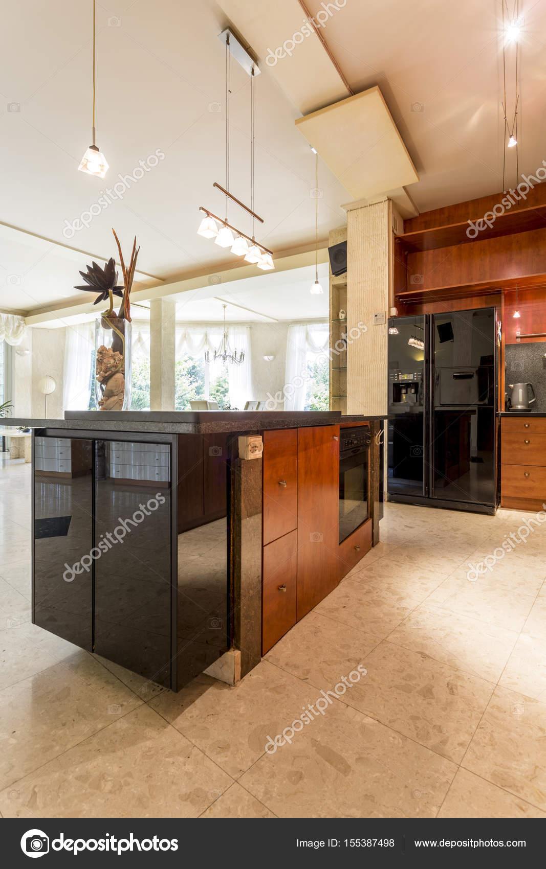 kitchen island lighting rubber flooring 宽敞的开放式厨房 与岛 图库照片 c photographee eu 155387498 木制家具和装饰照明 照片作者photographee