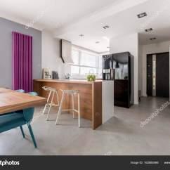Kitchen Accent Table Placement Of Cabinet Knobs And Pulls 饭厅 厨房和入口 图库照片 C Photographee Eu 162880466 厨房和入口在当代家庭的房子 与简约的灰色设计 多彩的口音和木制家具 照片作者photographee