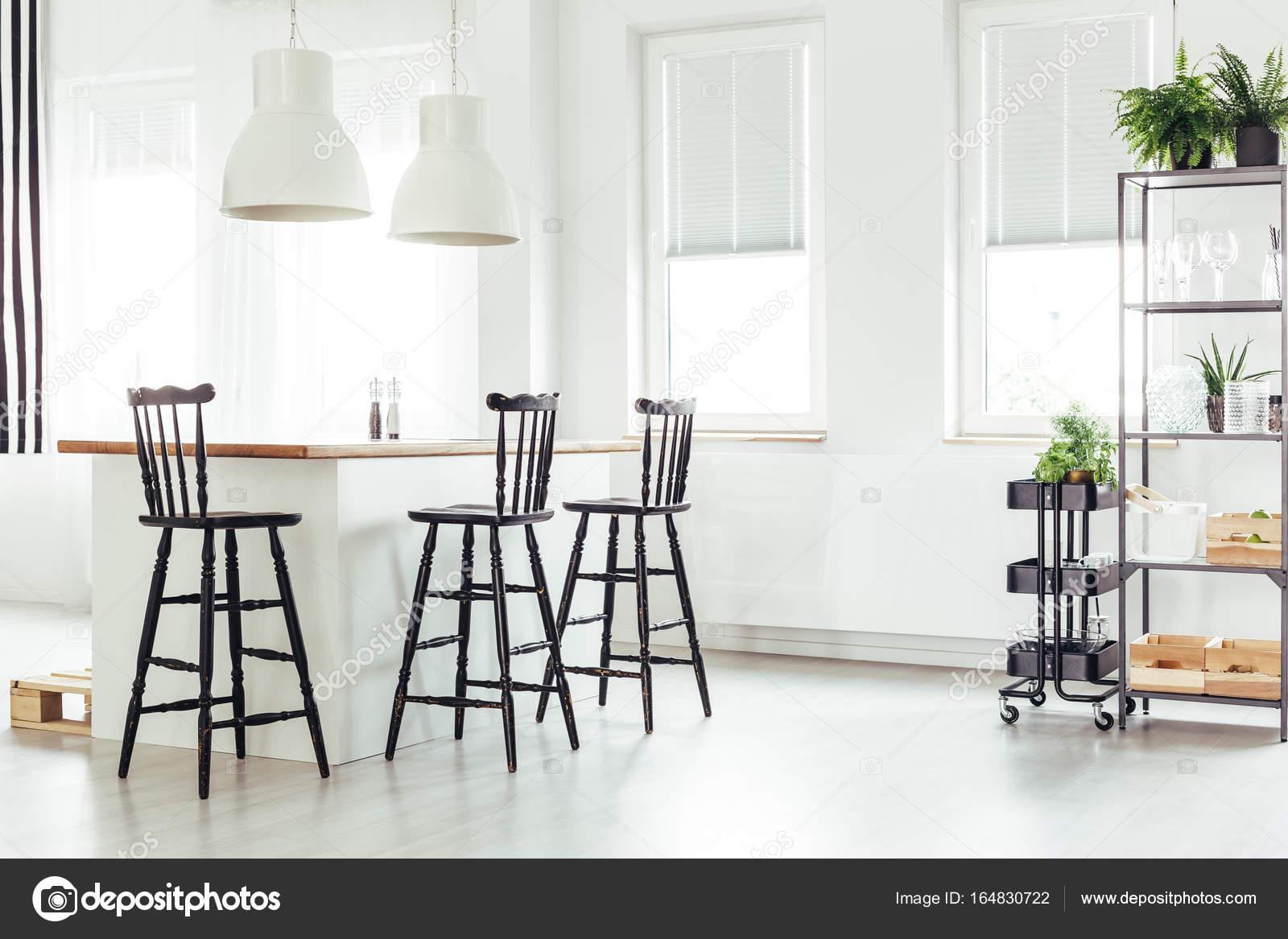 kitchen island with bar remodeling nj 在窗口下厨房岛 图库照片 c photographee eu 164830722 白色的灯以上厨房岛下一个带有黑色酒吧用的凳子在明亮的房间 植物中的窗口 照片作者photographee