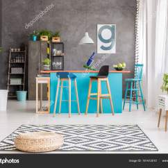 Black Kitchen Rugs Backsplash Design 几何地毯上的凳 图库照片 C Photographee Eu 181412010 藤凳在黑色和白色地毯与几何样式说谎在一个蓝色厨房海岛前面在饭厅内部 照片作者photographee