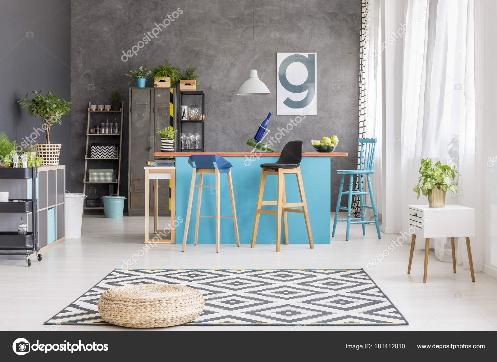 black kitchen rugs country decor 几何地毯上的凳 图库照片 c photographee eu 181412010 藤凳在黑色和白色地毯与几何样式说谎在一个蓝色厨房海岛前面在饭厅内部 照片作者photographee
