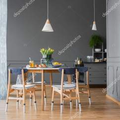 Hanging Kitchen Light Stick On Backsplash Tiles For 餐桌上的吊坠灯 图库照片 C Photographee Eu 192570872 低挂坠灯以上的小 木制厨房桌子上的花朵在单色餐厅内部与造型在高大的灰色墙壁上 照片作者photographee