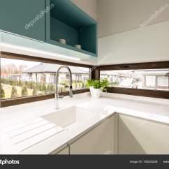 Brown Kitchen Sink Lights Fixtures 厨房内饰用水龙头和大棕窗的白色水槽 图库照片 C Photographee Eu 193235224