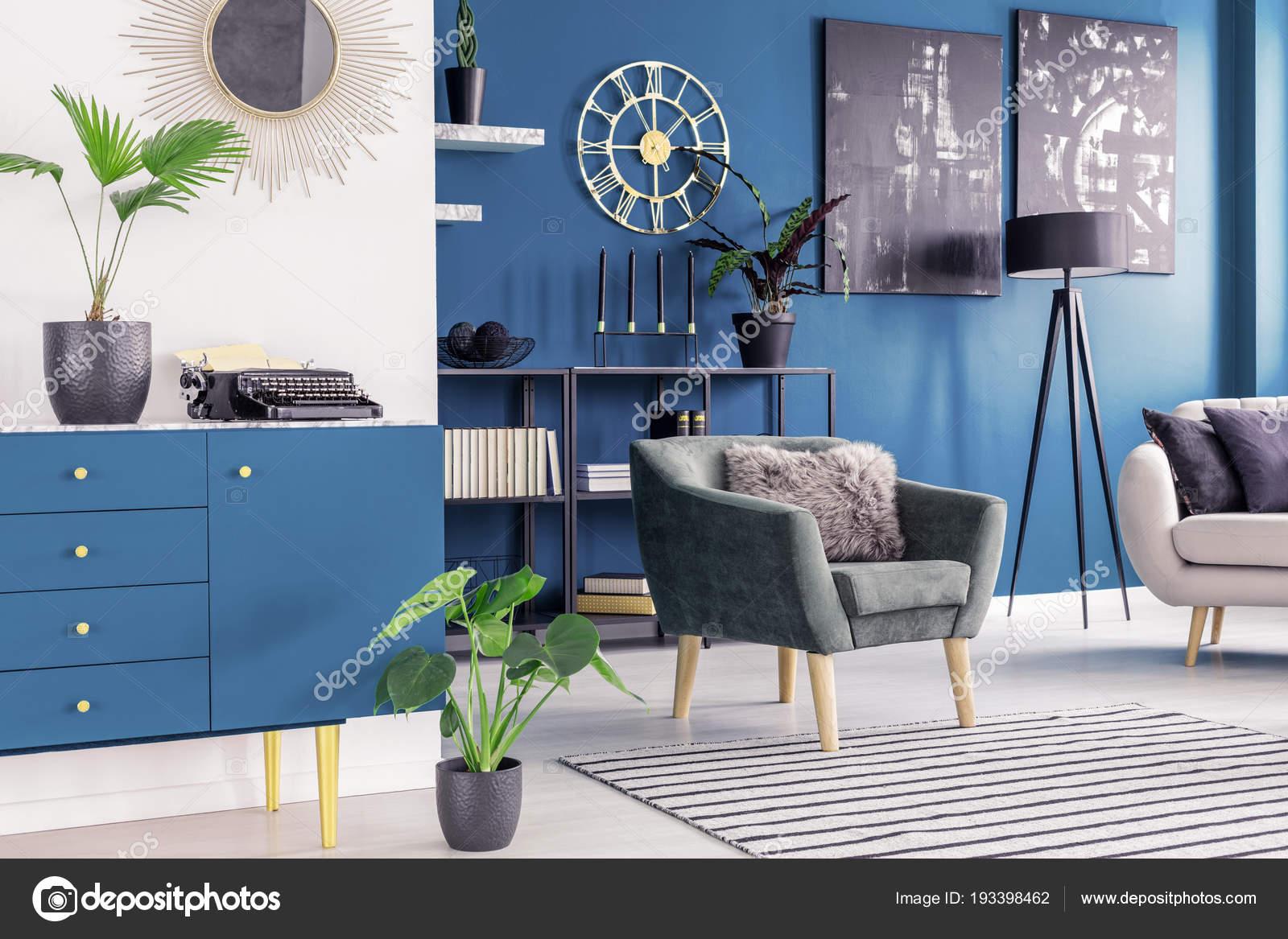 navy blue kitchen rugs maytag appliances 在舒适的起居室内用绿色扶手椅装饰地毯上的蓝色橱柜 图库照片