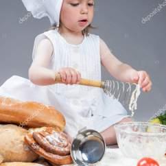 Kitchen Whisk Sofa 白种人女孩在厨房玻璃器皿制作食物的厨师制服 图库照片 C Dimamorgan12 白种人女孩在厨房玻璃器皿用拂尘在工作室environment Posing 对灰色background Vertical 拍摄制作食物的厨师制服 照片作者dimamorgan12