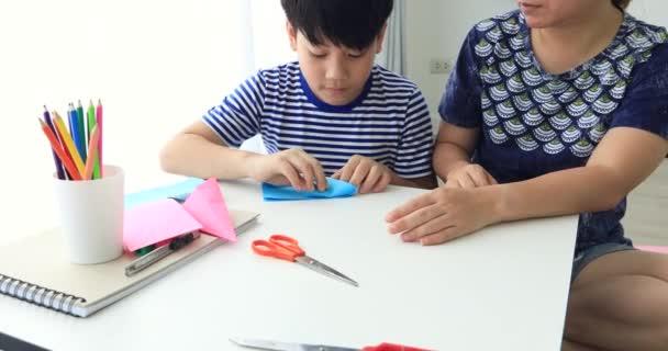 Bambino Asiatico Imparare A Piegare Origami Di Carta Giapponese Con La Madre Arte Di Piegare La Carta