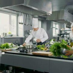 Kitchen Chief Macy Table Sets 大和迷人的餐厅 繁忙的厨房 厨师和厨师工作在他们的盘子上 图库视频 图库视频片段