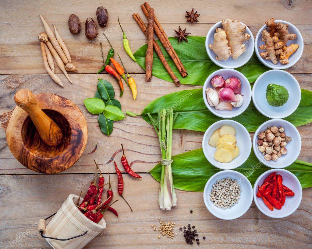 Vari di cibo tailandese cucina ingredienti per pas di spezie curry rosso  Foto Stock