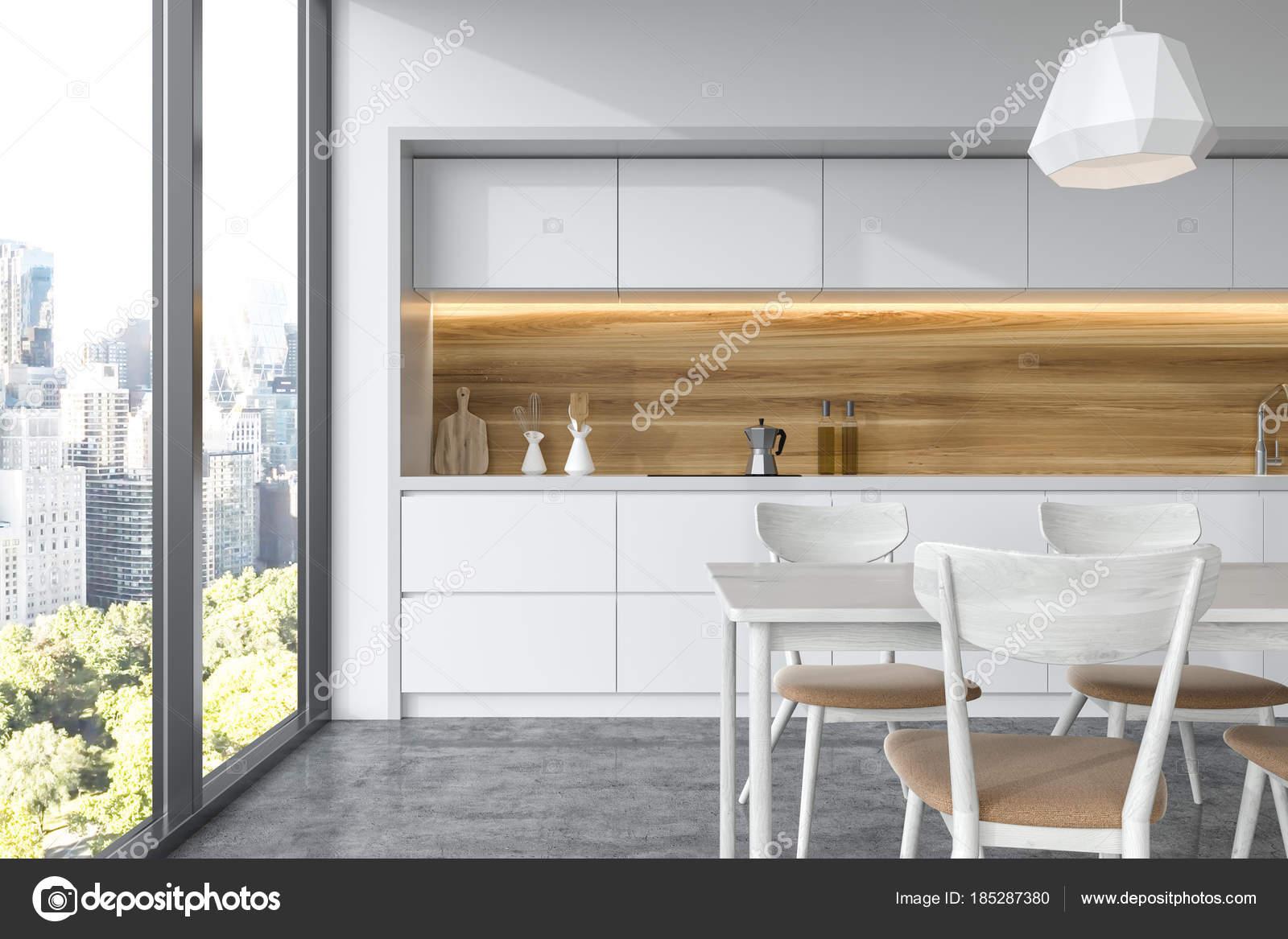 Tavolo bianco in legno in una cucina bianca  Foto Stock