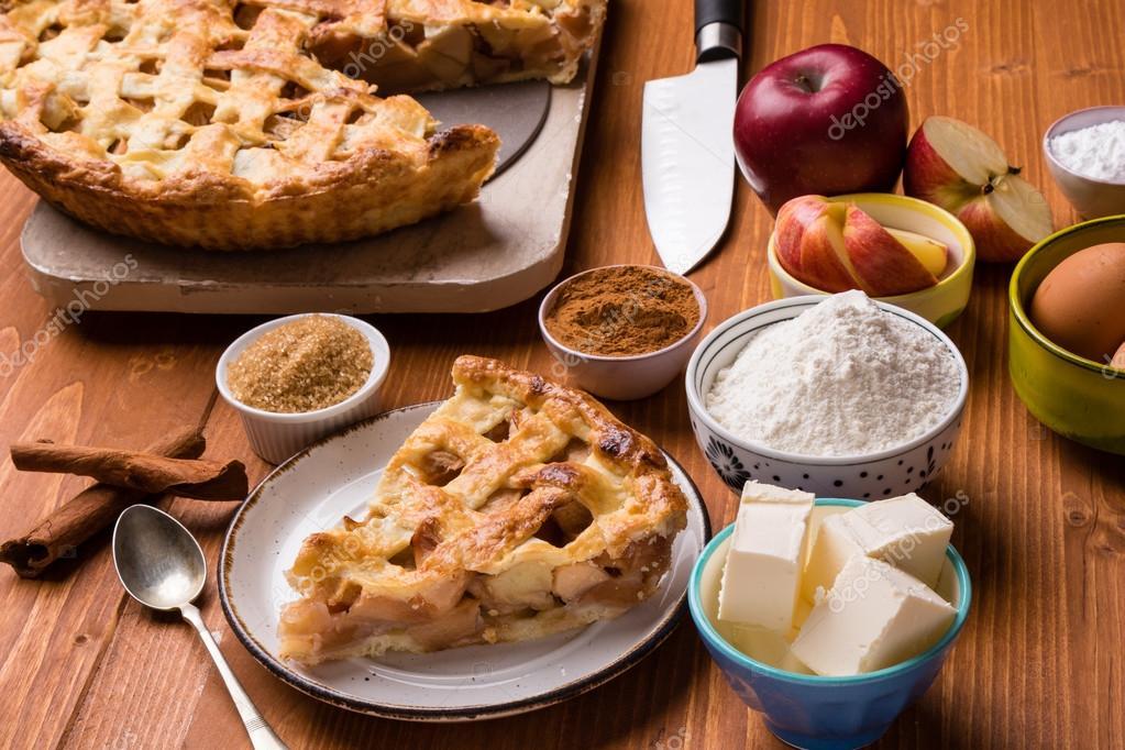 fetta di torta di mele con ingredienti  Foto Stock  furo_felix 126158460