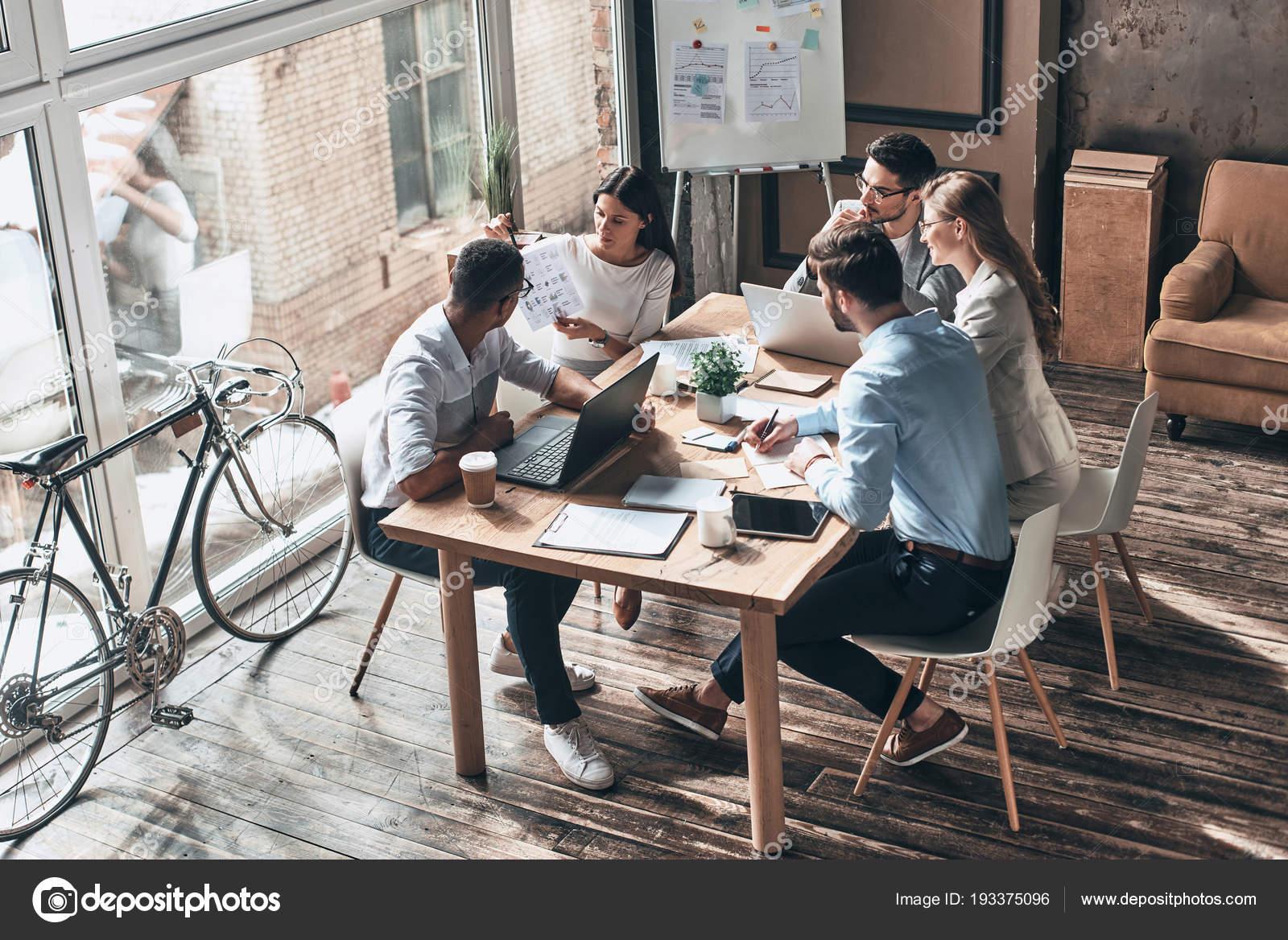kitchen window ideas pictures for wall 商务同事在创意办公室用自行车在橱窗里集思广益 图库照片 c gstockstudio