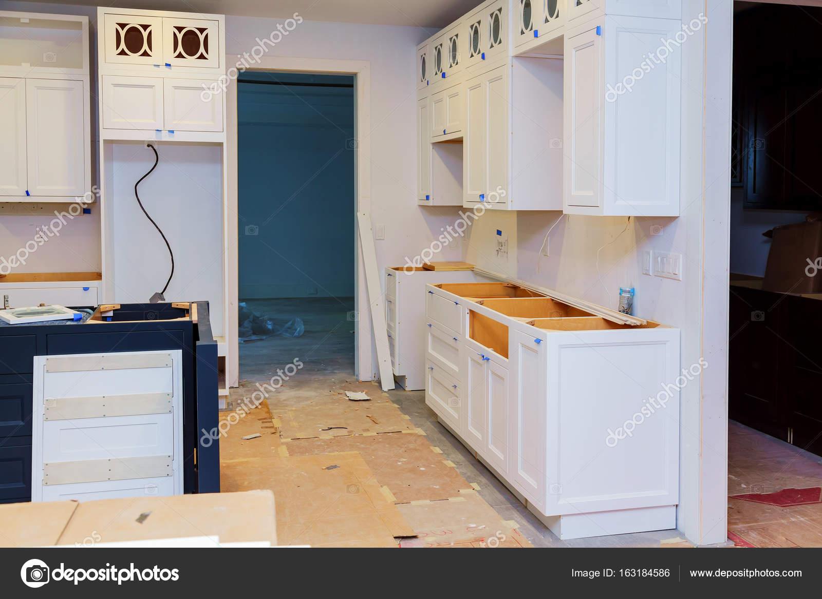 base kitchen cabinets vinyl flooring 自定义厨柜处于不同阶段的安装基地在中心的岛 图库照片 c photovs 163184586 图库