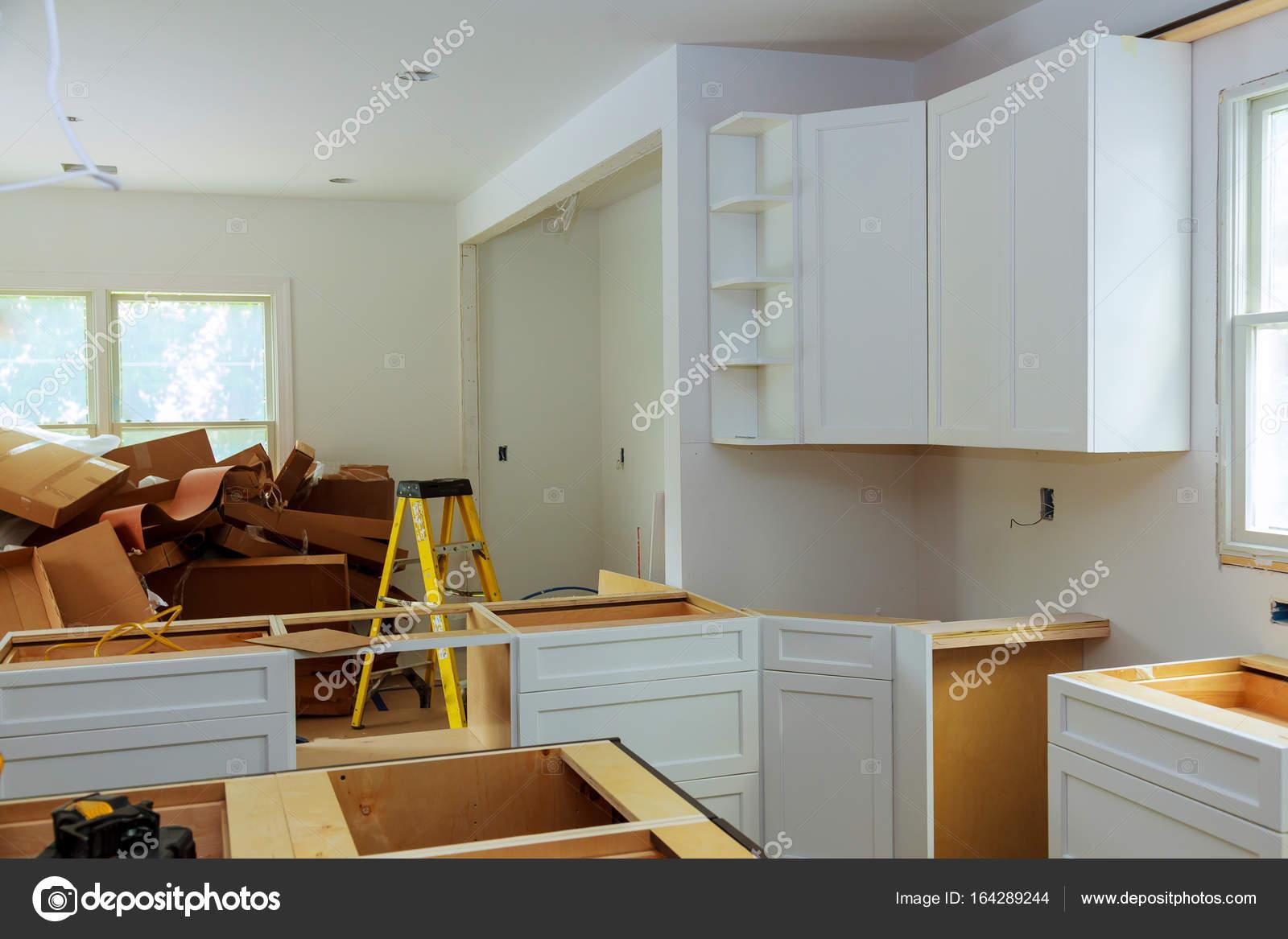base kitchen cabinets cost of remodelling a 自定义厨柜处于不同的安装阶段 图库照片 c photovs 164289244 自定义厨柜处于不同阶段的安装基地在中心安装厨柜的岛 照片作者photovs