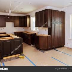 Base Kitchen Cabinets Affordable Knives 自定义的厨房橱柜安装基地的岛屿在中心 图库照片 C Photovs 174924368