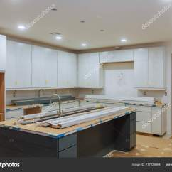 Base Kitchen Cabinets Blanco Faucets 自定义厨柜处于不同的安装阶段 图库照片 C Photovs 177238694 自定义厨柜处于不同阶段的安装基地在中心安装厨柜的岛 照片作者photovs