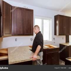 Kitchen Laminate Sink Hose Repair 承建商安装一个新的层压板厨房顶柜 图库照片 C Photovs 178831894
