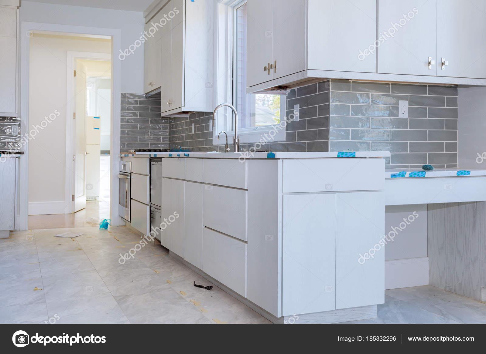 base kitchen cabinets cost 自定义厨柜处于不同阶段的安装基地在中心的岛 图库照片 c photovs 185332296 图库