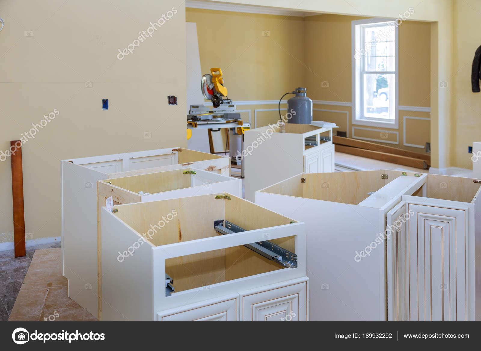 kitchen center islands cabinet shelf inserts 安装基地新型现代化厨房在中心岛上 图库照片 c photovs 189932292