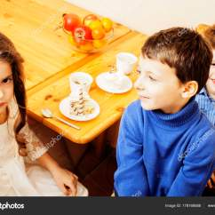 Kids Wooden Kitchen High Top Tables 小可爱的孩子们吃甜点 图库照片 C Iordani 178168588 小可爱儿童木制厨房吃甜点 居家室内 微笑永远在一起的朋友 生活方式的人概念靠拢的可爱友谊 照片作者iordani