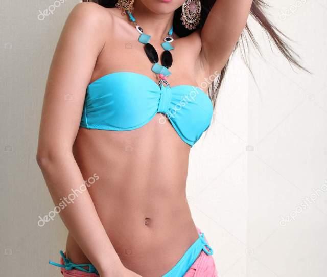 Portrat Von Einem Sexy Girl In Einem Badeanzug Und Shorts Stockfoto