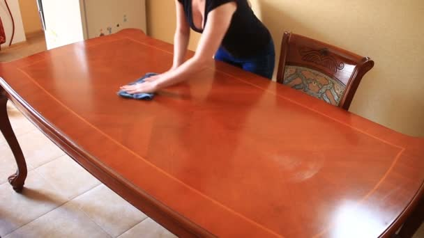 black kitchen tables home depot floor tile 一个女人在紧身的黑色t 恤 深领口擦大厨房的桌子 用一块破布 图库视频