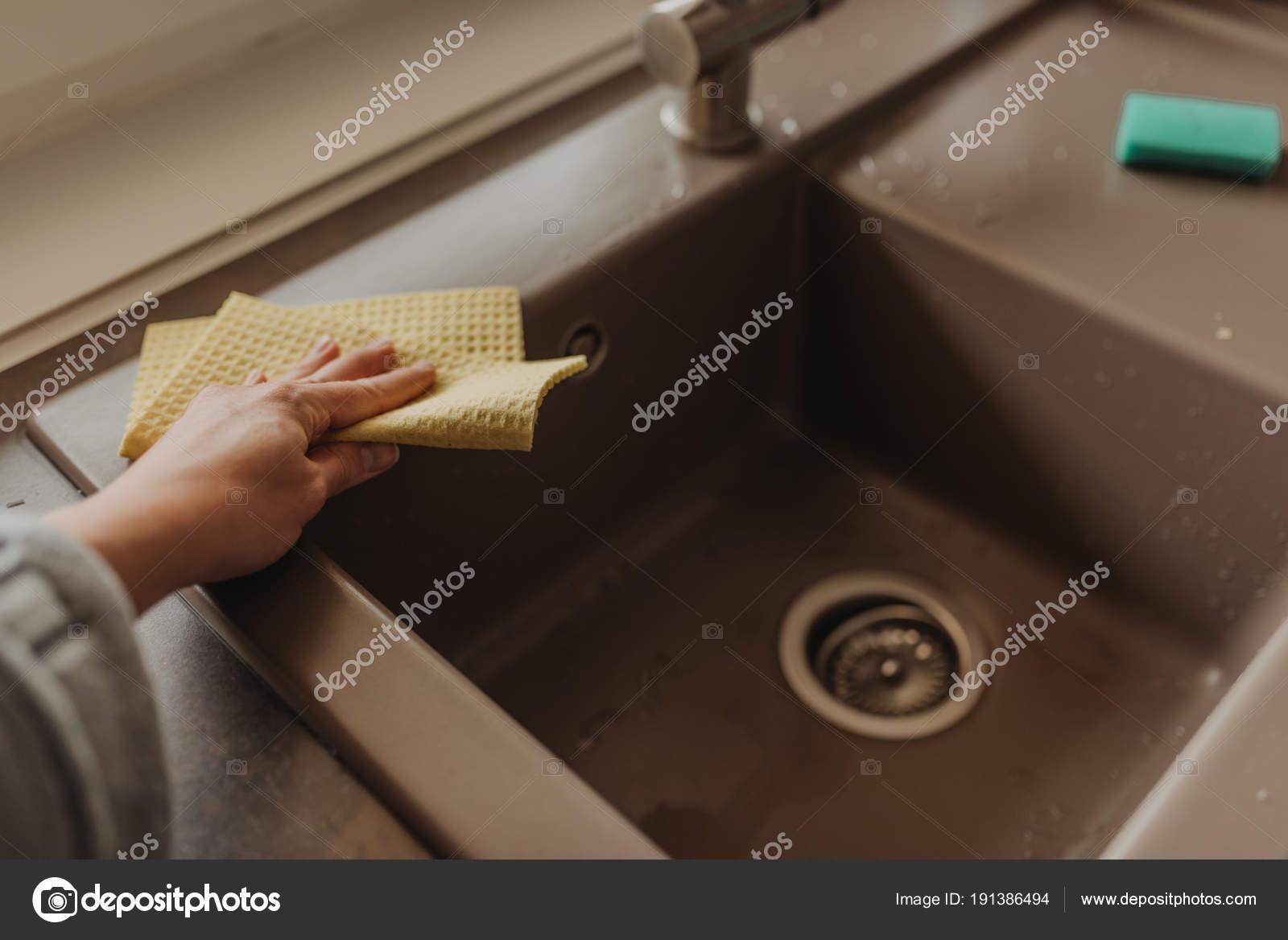 ceramic kitchen sink black appliances 关闭女性手擦拭棕色陶瓷厨房水槽与 图库照片 c smanyuk 191386494